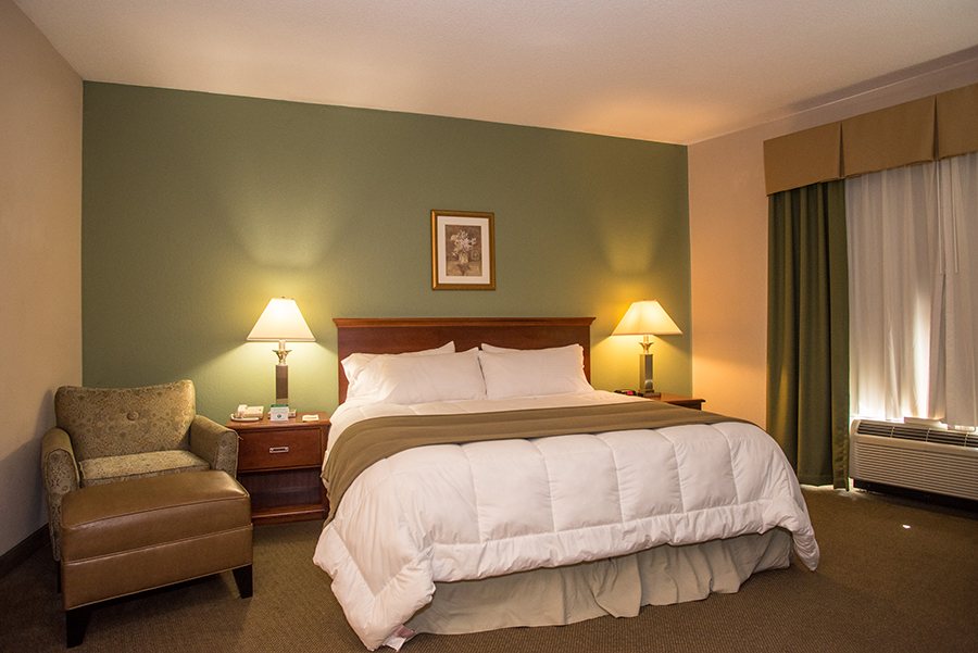 Round Hill Inn king bed room